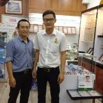Anh Nguyễn Văn Vượng ở cửa hàng mắt kính Sala